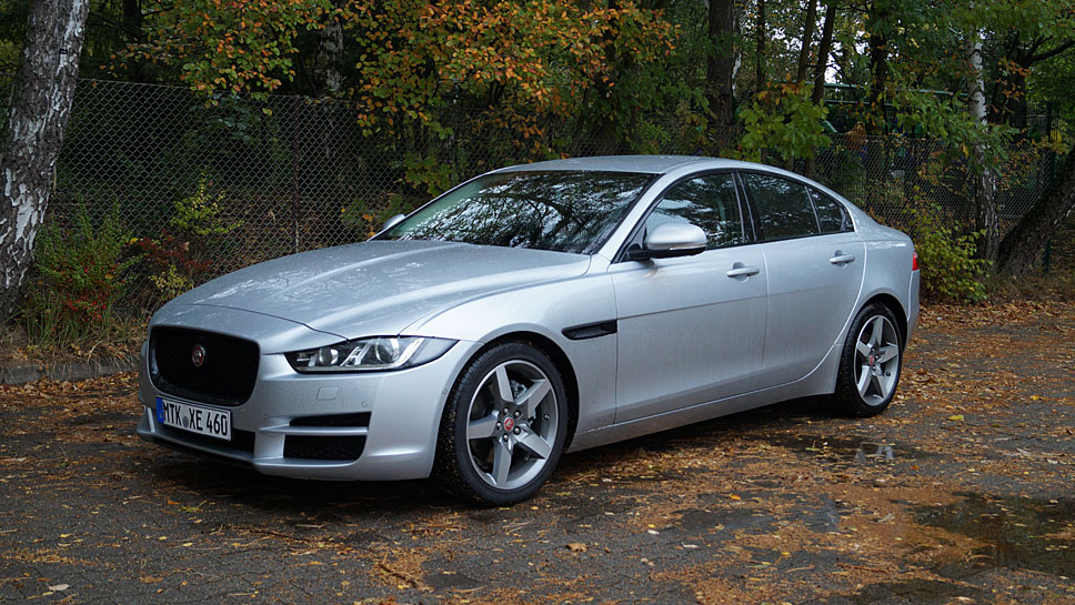 Der Jaguar XE fährt sich dank Leichtbau sehr geschmeidig