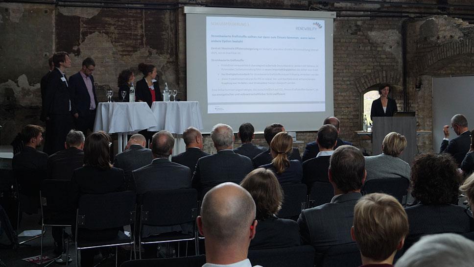 Wiebke Zimmer (r.) vom Öko-Institut präsentiert die Ergebnisse von Renewbility III