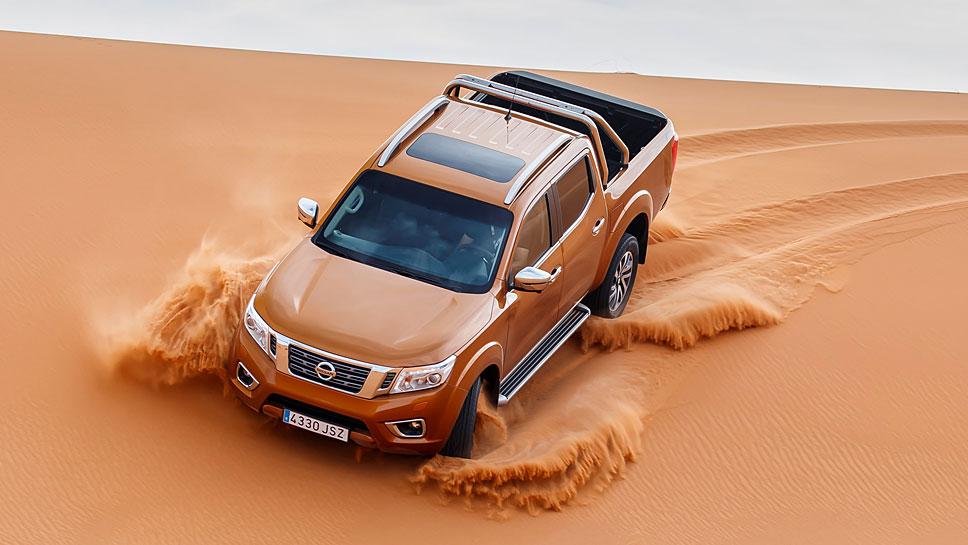 Der Nissan Navara wirbelt viel Sand auf