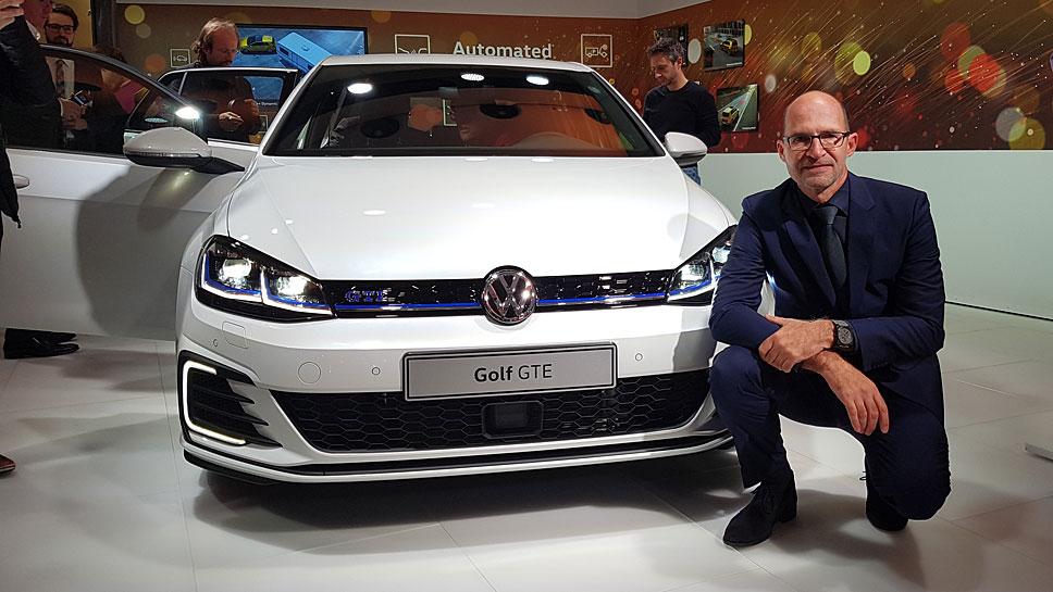 VW-Designchef Klaus Bischoff vor dem Golf GTE.