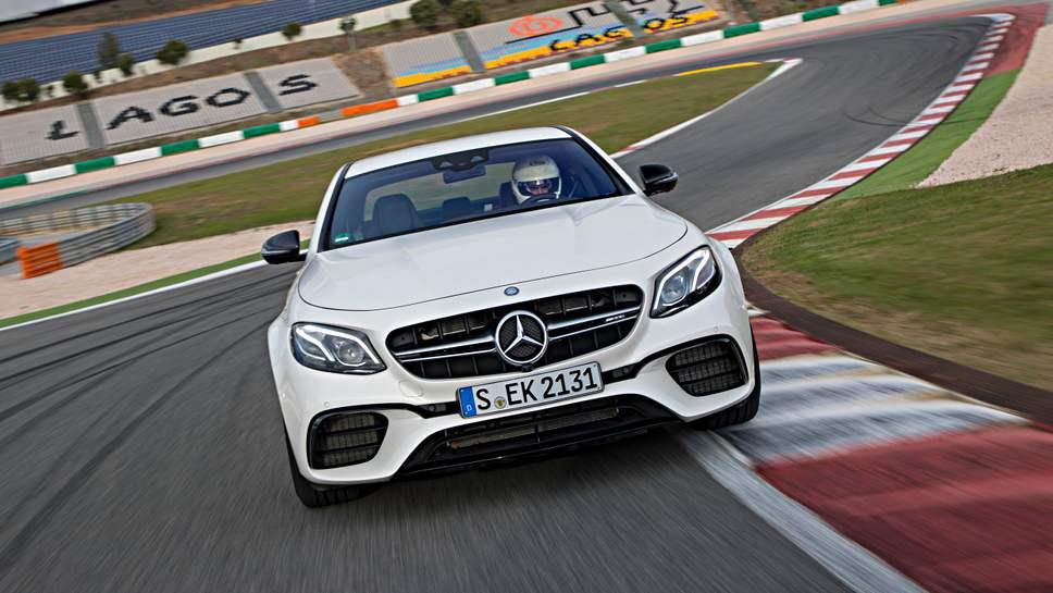 Der Mercedes E63 AMG unterwegs auf der Rennstrecke.
