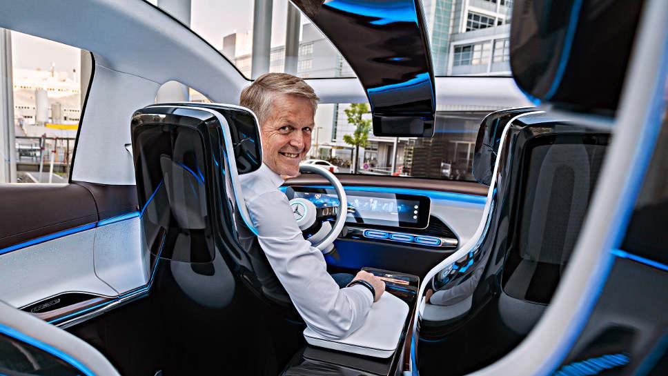Thomas Weber im neuen Mercedes EQ