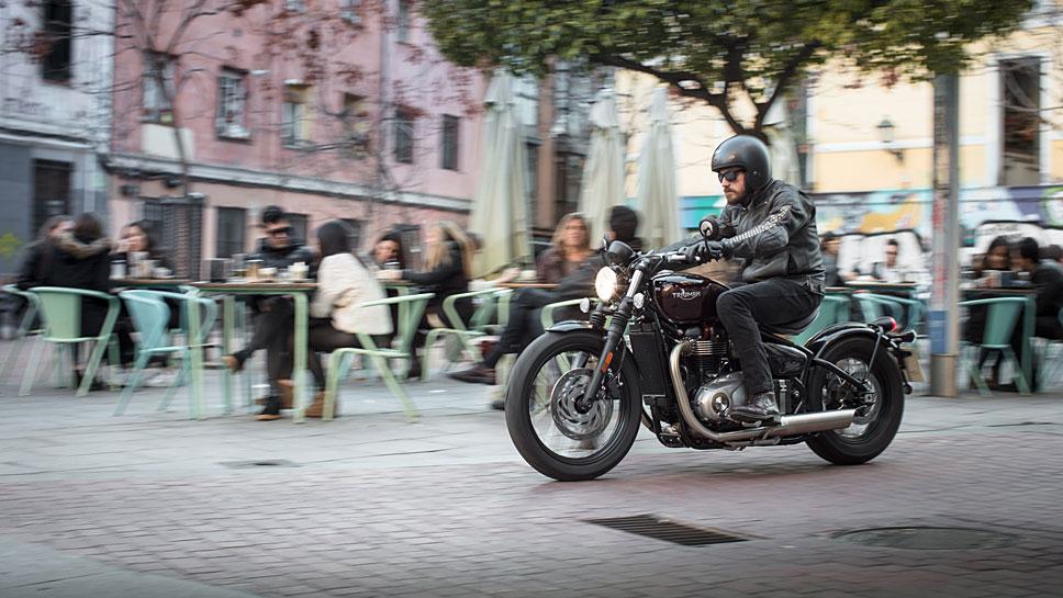 Die Triumph Bonneville Bobber verströmt nur äußerlich Retro-Atmosphäre