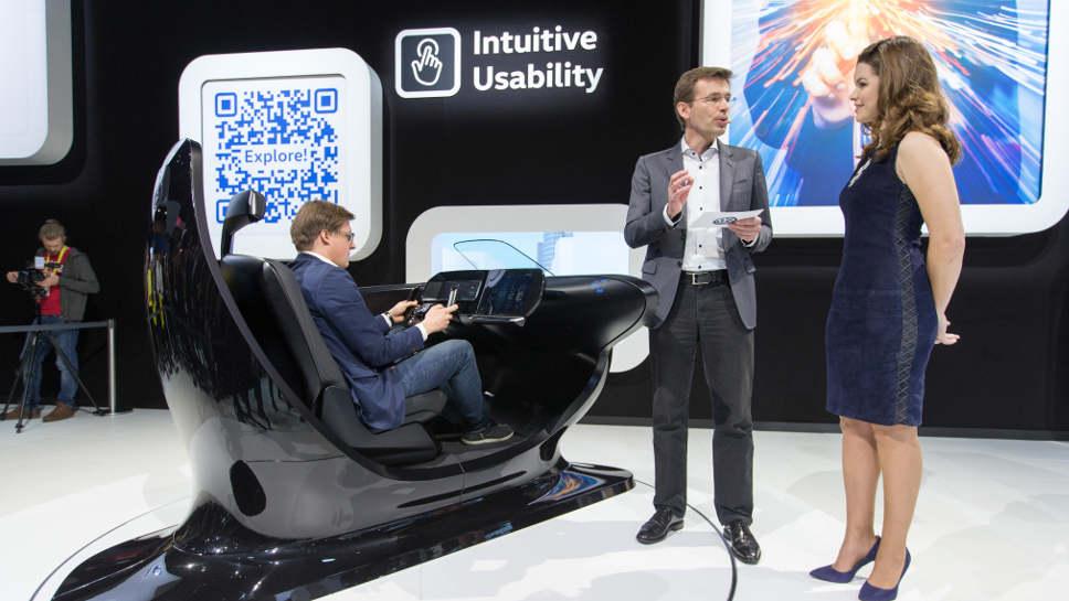 VW-Entwicklungschef Frank Welsch stellt neue Cockpitfunktionen vor.