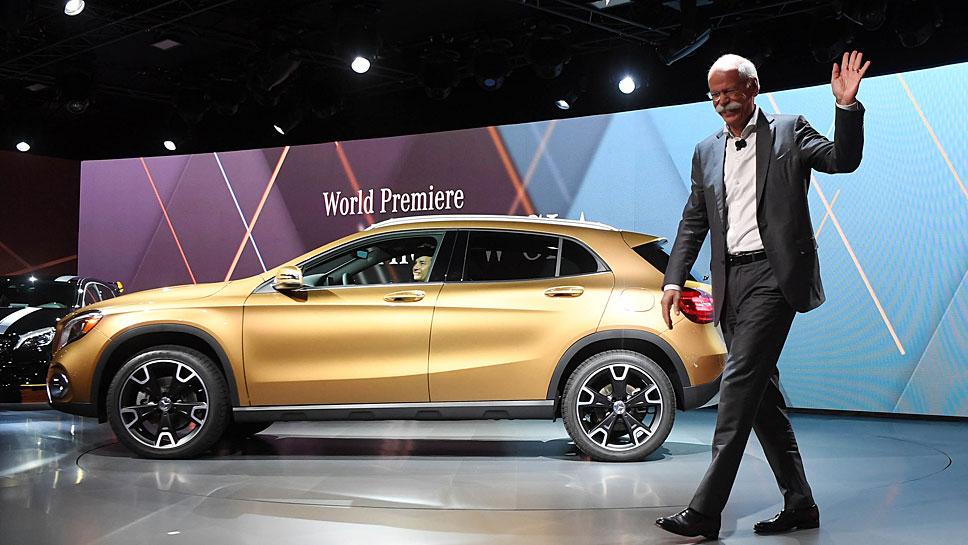 Daimler-Chef Dieter Zetsche präsentiert den aufgefrischten Mercedes GLA