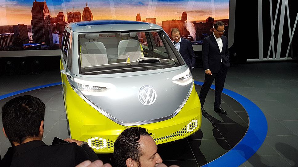 VW-Markenchef Herbert Diess (l.) und der I.D. Buzz