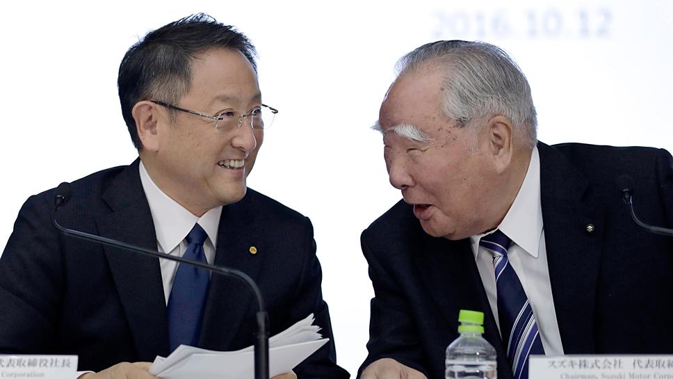 Toyota-Chef Akio Toyoda (l) und Suzuki-Chef Osamu Suzuki