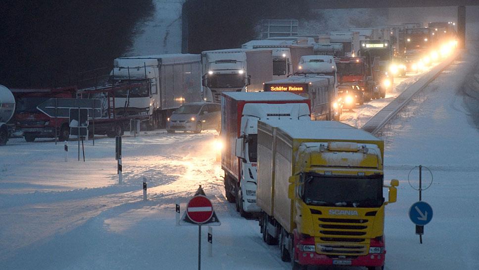 Schnee behindert die Fahrt auf der Autobahn A1
