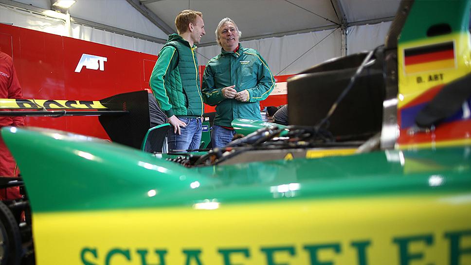 Simon Opel (l.) mit Schaeffler-Technikvorstand Peter Gutzmer