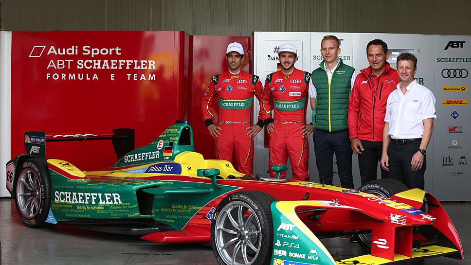 Simon Opel (Mitte) mit dem Abt Schaeffler Audi Sport-Team