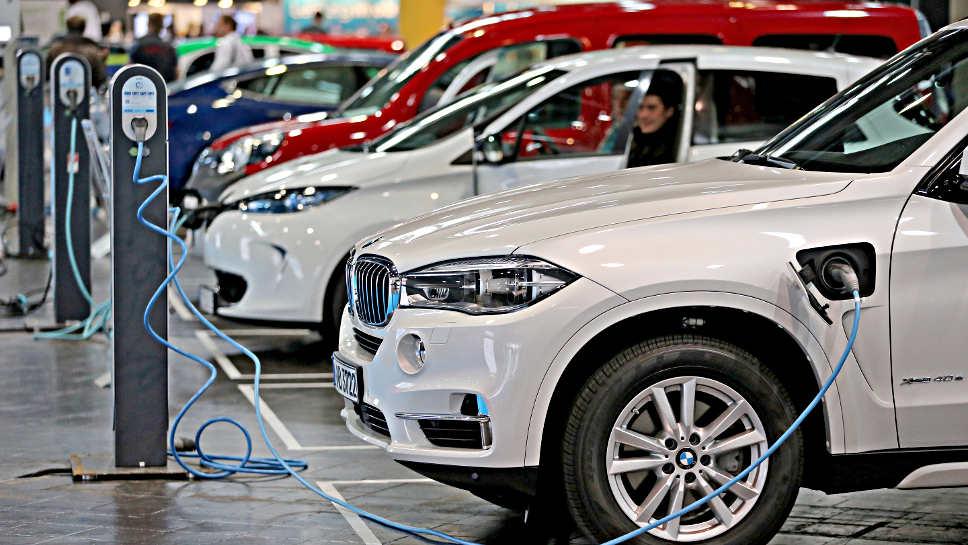 Hybridfahrzeuge von BMW an der Ladestation.