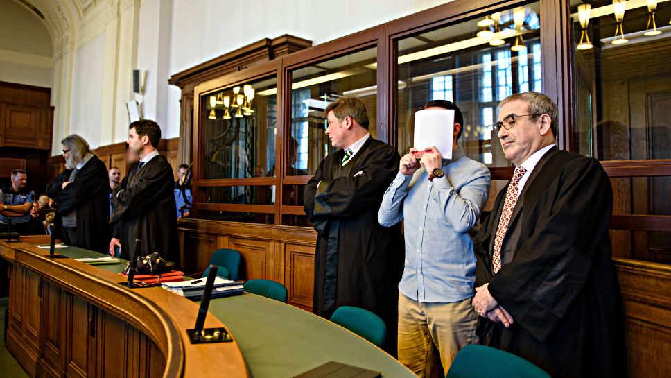 Die Angeklagten Hamdi H. (2.v.r) und Marvin N. (5.v.r.) mit ihren Anwälten