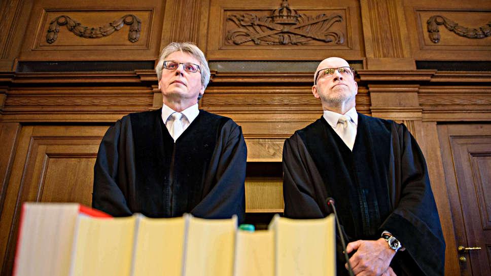Der Richter Willi Thoms (l) und der Vorsitzende Richter Ralph Ehestädt.