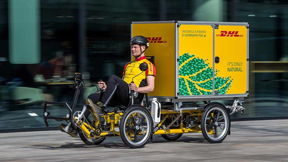 DHL Express setzt auf Lastenfahrräder bei der Zustellung.