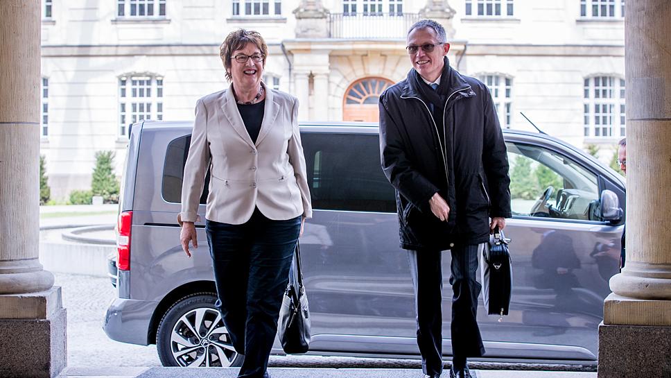 Bundeswirtschaftsministerin Brigitte Zypries und PSA-Chef Carlos Tavares