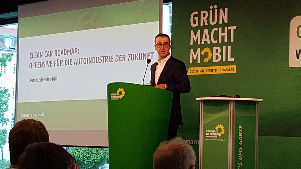 Grünen-Parteichef Cem Özdemir beim Autogipfel