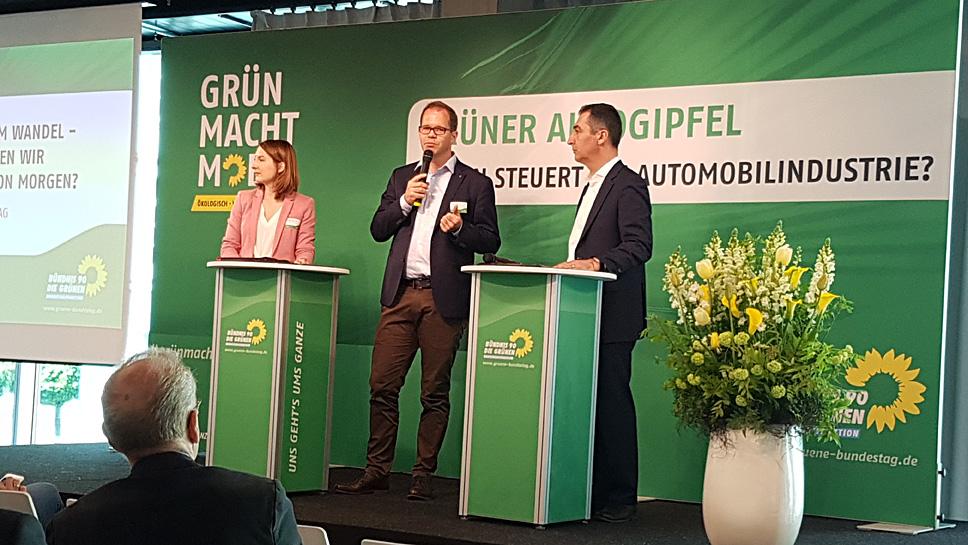 Cem Özdemir (r.) auf dem Grünen Autogipfel