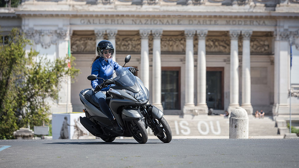 Die Yamaha Tricity 125 schlängelt sich durch dichten Großstadtverkehr