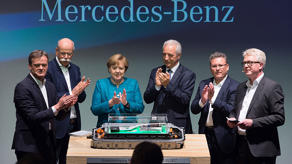 Daimler-Chef Dieter Zetsche (2. v.l.) neben Angela Merkel