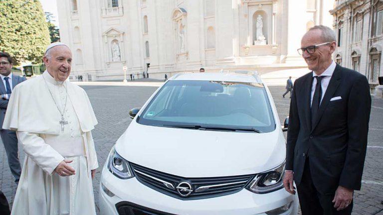 Opel-Chef Neumann übergibt Papst Franziskus Ampera-e