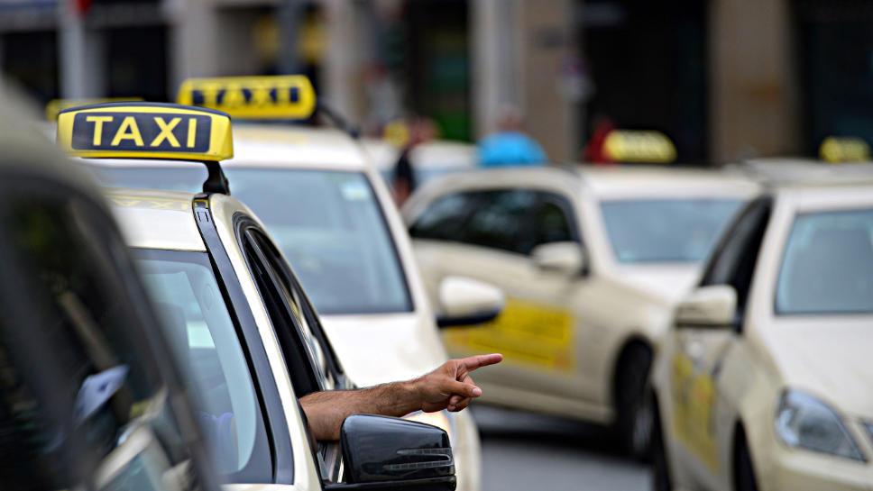 Ab 2018 soll es Roboter-Taxis geben, dann aber noch mit Fahrer.