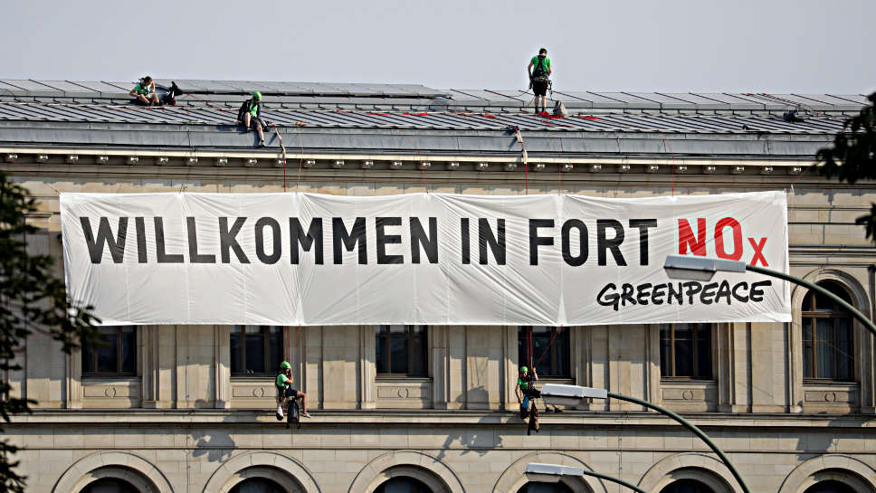 Greenpeace-Plakat vor dem Bundes-Verkehrsministerium.