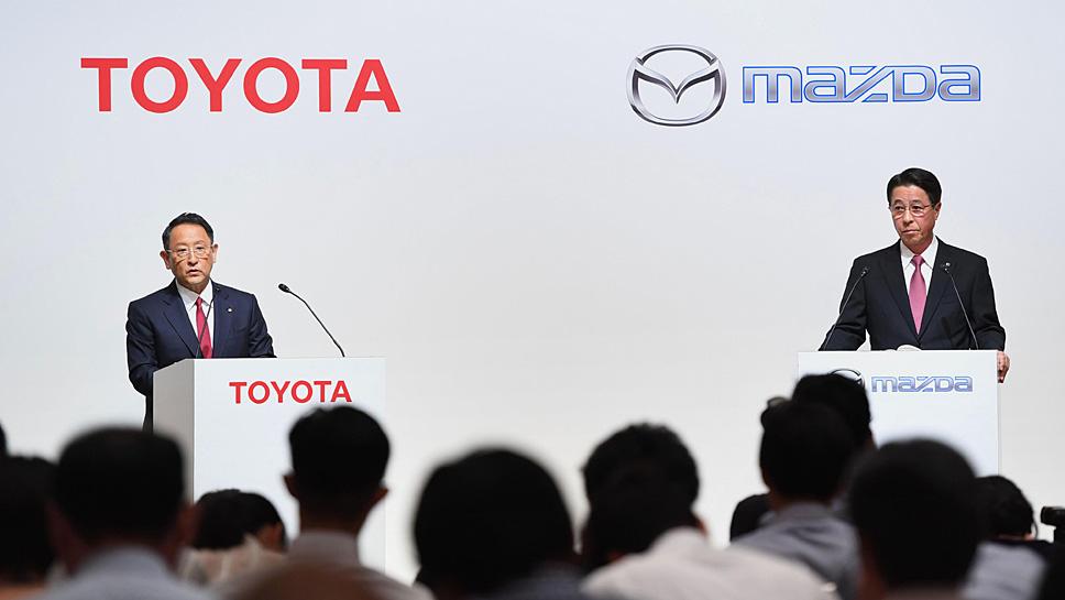 Die Präsidenten Akiyo Toyoda (l.) und Misamichi Kogai verkünden die Zusammenarbeit