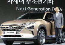 Hyundai-Vizepräsident Lee Kwang-guk präsentiert das neue Fahrzeug